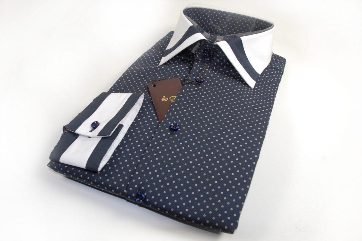Camicia in fantasia su sfondo blu con collo e polsi in contrasto bianco e inserti blu
